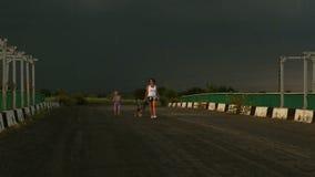 Mère avec le fils et avec le petit chiot extérieur avant tempête clips vidéos