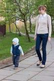 Mère avec le fils pour une promenade Photo stock