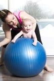 Mère avec le garçon d'enfant faisant des exercices de forme physique photographie stock libre de droits