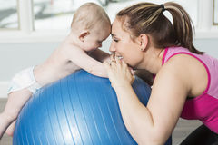 Mère avec le garçon d'enfant faisant des exercices de forme physique image libre de droits