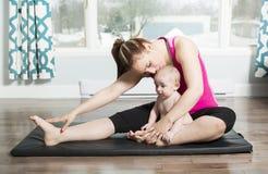 Mère avec le garçon d'enfant faisant des exercices de forme physique photo libre de droits