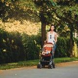 Mère avec le landau en parc image libre de droits