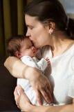 Mère avec le nouveau-né sur des mains photos stock