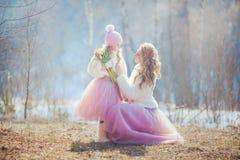 Mère avec le parc de fille au printemps images stock
