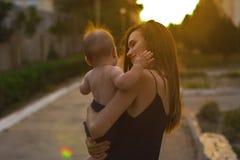 Mère avec le petit fils Photographie stock