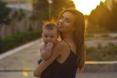 Mère avec le petit fils Images libres de droits