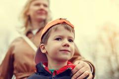 Mère avec le petit garçon dans le style de vintage Photos libres de droits