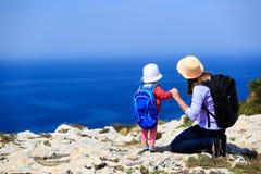Mère avec le petit voyage de fille en montagnes Image libre de droits