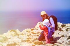 Mère avec le petit voyage de fille en montagnes Images stock