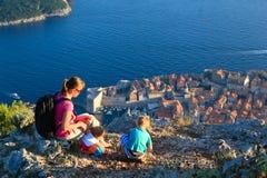 Mère avec le voyage d'enfants en Europe Images stock