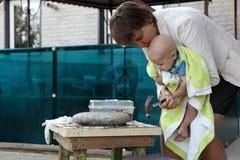 Mère avec les écrous de fissuration de bébé Image libre de droits