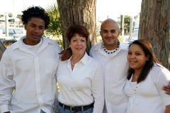Mère avec les enfants adoptés de chemin mélangé Photo libre de droits