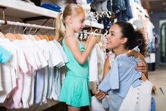 Mère avec les vêtements de achat de fille Photos libres de droits