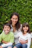 Mère avec leur regard d'enfants images stock