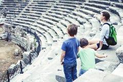 Mère avec peu de fils des vacances visitant le colosseum antique, tourisme d'été, concept de personnes de mode de vie photos libres de droits