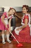 Mère avec sa fille dans une cuisine Image libre de droits
