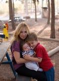 Mère avec ses enfants. Image libre de droits