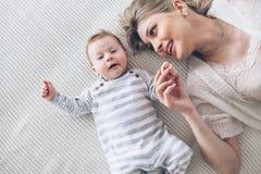 Mère avec son bébé de bébé de 2 mois Images stock