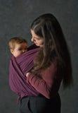 Mère avec son descendant dans l'élingue Image stock