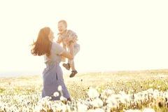 Mère avec son enfant au soleil Photographie stock libre de droits