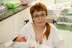 Mère avec son enfant juste après la naissance Images libres de droits