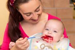 Mère avec son fils snotty Image stock