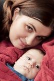 Mère avec son portrait de caresse de jeune bébé Photo libre de droits