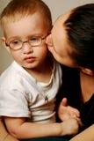 Mère avec un enfant dans ses genoux Photographie stock libre de droits