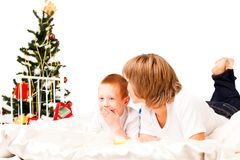 Mère avec un fils près d'un arbre de neuf-an Photos libres de droits