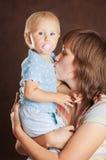 Mère avec une petite chéri images libres de droits