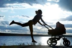 Mère avec une poussette Images stock