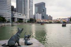 Mère Cat Watching plus de deux Kittiens jouant par la rivière de Singapour Image libre de droits