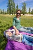 Mère chatouillant l'enfant de litlle en parc Photos stock