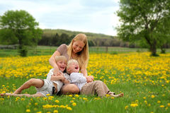 Mère chatouillant les enfants en bas âge Photographie stock libre de droits