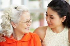 Mère chinoise avec la détente adulte de descendant Photographie stock libre de droits