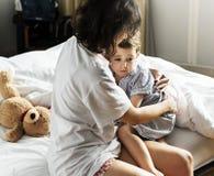 Mère consolant son fils d'un cauchemar Photos stock