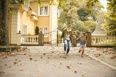 Mère courant avec sa fille Photographie stock