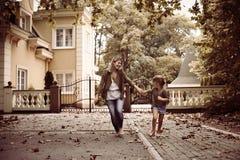 Mère courant avec sa fille Photo stock