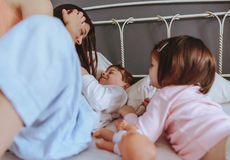Mère décontractée et fils jouant au-dessus du lit image libre de droits