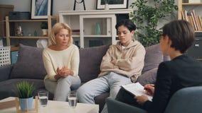 Mère d'adolescent parlant avec le psychologue demandant le conseil dans les relations clips vidéos