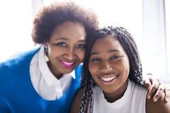 Mère d'afro-américain et portrait étroit de fille photographie stock