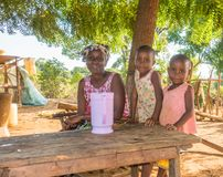 Mère d'agriculteur de Kenyan Giriama avec deux enfants images libres de droits