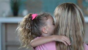 Mère de embrassement de fille mignonne avec amour à la maison banque de vidéos