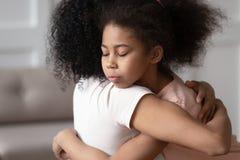 Mère de embrassement de fille de petit enfant d'afro-américain, concept d'adoption photos libres de droits