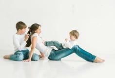 Mère de famille avec le studio d'enfants intégral Images stock