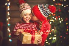 Mère de famille et fille heureuses d'enfant avec le cadeau de Noël Image stock