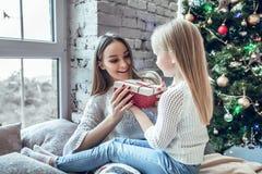 Mère de famille et fille heureuses d'enfant le matin de Noël images stock