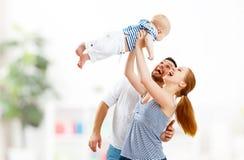 Mère de famille, père et fils heureux, bébé à la maison Image libre de droits