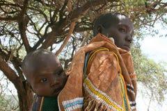 Mère de l'Afrique, Tanzanie avec la chéri Image stock