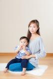 Mère de l'Asie et son fils image libre de droits